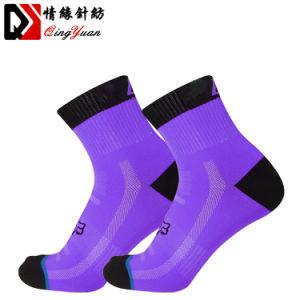 O logotipo personalizado executando meias cor sólida com designs respirável