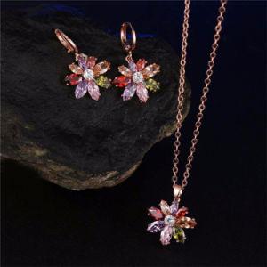 925女性の吊り下げ式イヤリングのネックレスの一定の宝石類のためのカラー石との銀製の宝石類の花デザイン
