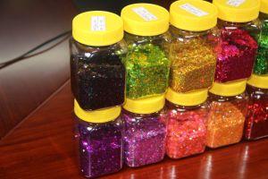As grandes quantidades de pó do Glitter decoraram a roupa