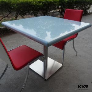 Colorida superficie sólida sobre la mesa de restaurante para muebles de recuento de los alimentos