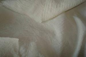 絹によってたじろがれる衣服ファブリック