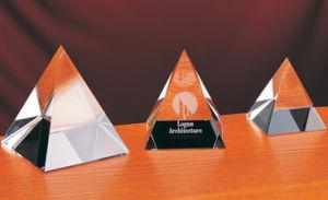 Alta qualità e bella piramide di cristallo trasparente