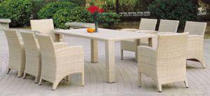 Белой плетеной обеденный стол и стулья ресторан в саду, садовой мебелью