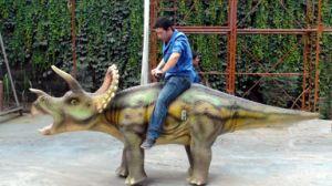 Modelo de dinossauro/simulação realista para condução