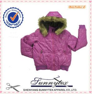 두건을%s 가진 아기 겨울 재킷 착용