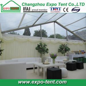 500 de mensen ontruimen de Tent van het Huwelijk van de Partij van het Dak