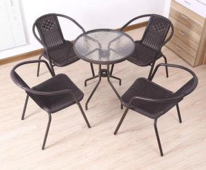 藤の椅子を食事する屋外の庭の家具のホテルのオフィスのレストラン