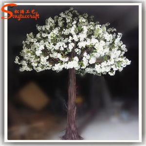 結婚式の装飾によってカスタマイズされる人工的な白い桜