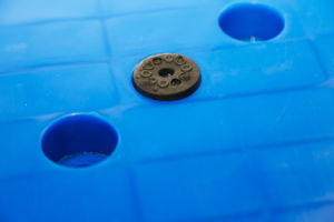 أحد يصلح حقنة فولاذ يعزّز تخزين من بلاستيك من