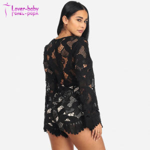 La mujer elegante en negro Crochet Bell la camisa de cuello de encaje hasta romper