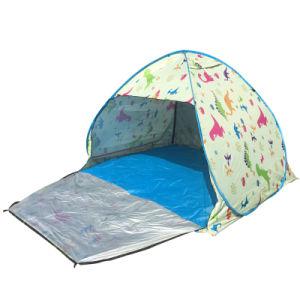 La piegatura esterna schiocca in su la tonalità aperta automatica della spiaggia della tenda
