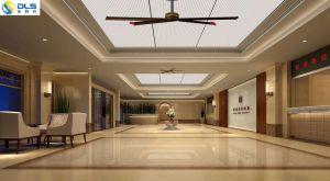 大きい天井に付いている扇風機を冷却する企業の倉庫の広場