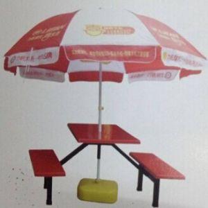 傘が付いている家具の丁の屋外の表そして椅子