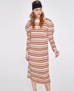 多彩の縞が付いている長いニットの服