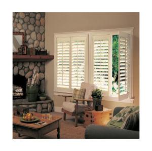 L'intérieur de la fenêtre vénitienne Plantation Volets avec des blinds