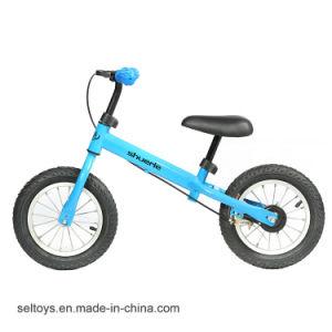 12人の子供のバランスのバイクのペダルはバイク押しの歩く自転車に乗ることを学ぶ