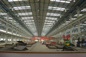 Taller de creación de estructura de acero con grúa