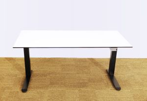 Die schwarze justierbare Farben-manuelle Höhe sitzen und stehen Büro-Schreibtisch, Computer-Schreibtisch