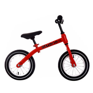 بنات وفتى عمليّة ركوب على لا دوّاسة ميزان درّاجة