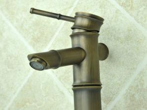 黄銅が付いている旧式な洗面器のコック