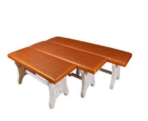 更衣室の柔らかい革表面の長いベンチ