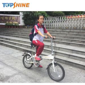 Pedal女性の折るEバイクによって開始し、加速しなさい
