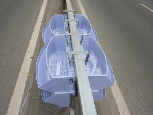 Pots de fleurs suspendus de balustrades en bordure de route