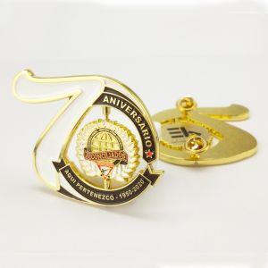 Artesanato de metal personalizada de fábrica de liga de zinco do pino de lapela 70 Aniversário Loja Dom Emblem Dourados gire os emblemas de Polícia para presente de promoção escolar