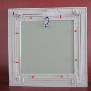 Panneau d'accès au plafond avec des carreaux de plâtre la preuve de l'eau
