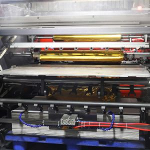 Piano caldo automatico dell'affrancatrice che preme bronzando la macchina della stagnola di oro