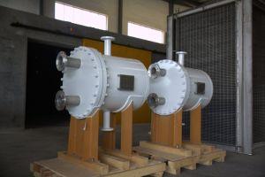 コンパクトな構造の版およびシェルの熱交換器