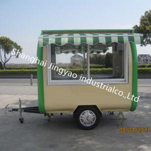 通りの移動式コーヒーアイスクリームのキオスクは販売のための食糧カートを手で押す