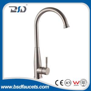 Agua caliente y fría del acero inoxidable de cocina del grifo aplicado con brocha del fregadero
