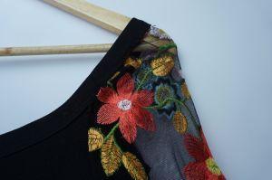肩を離れてトランペットはレースおよび刺繍の優雅で堅い服にスリーブを付ける