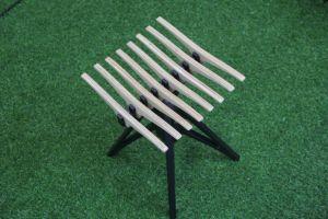 Piccolo e sgabello conveniente squisito di legno dello spogliatoio