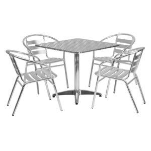 屋外の庭の喫茶店の家具の表および椅子