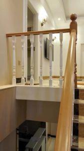 Scale bianche di legno solido di stile europeo con la colonna di Paticular