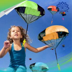 Juegos Al Aire Libre La Mano Lanzando El Paracaidas De Juguete Para