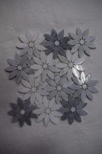 De Chinese Goedkope Water-Jet Tegels van het Mozaïek van het Patroon van de Bloem van het Patroon Witte/Grijze Marmeren voor de Binnenlandse Decoratie van de Muur
