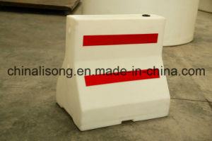 O tráfego de plástico cheios de água branca barreiras rodoviárias com Fita Refletora vermelho