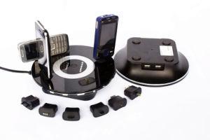 cargador de batería en el escritorio para teléfono móvil y cámara