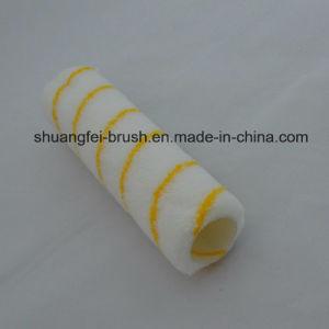 Rullo di vernice acrilica con il tessuto giallo della banda