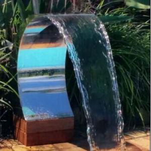 屋外の装飾の庭の滝