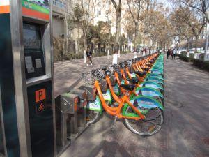 A parte pública 26 para aluguer de bicicletas de aluguer da cidade com estação de base do sistema