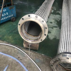 軟らかな金属のホースかポンプコネクター