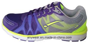 Los hombres atléticos que funcionan la gimnasia de mujeres del calzado se divierten los zapatos (815-9545)