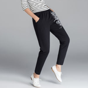 Le donne lungamente si sono distese i piccoli pantaloni della pista delle lane del piedino
