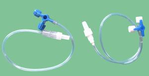 IV el tubo de extensión con la llave de paso de tres vías