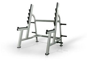 Forma fisica olimpica della costruzione di corpo di uso del randello del banco piano