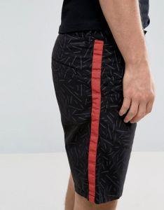 Gli uomini dimagriscono gli Shorts dentro All Over la stampa di colpo